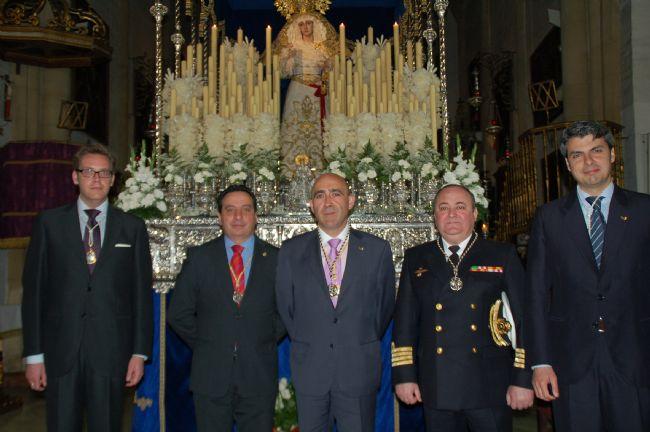 El Alcalde de San Fernando ante el paso de la Virgen del Carmen